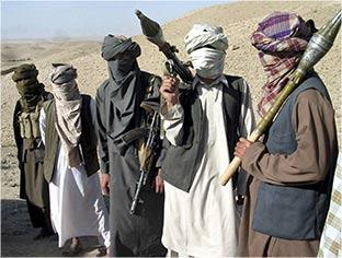 Photo of طالبان تستولي على حطام طائرة للاحتلال الأمريكي بعد إسقاطها