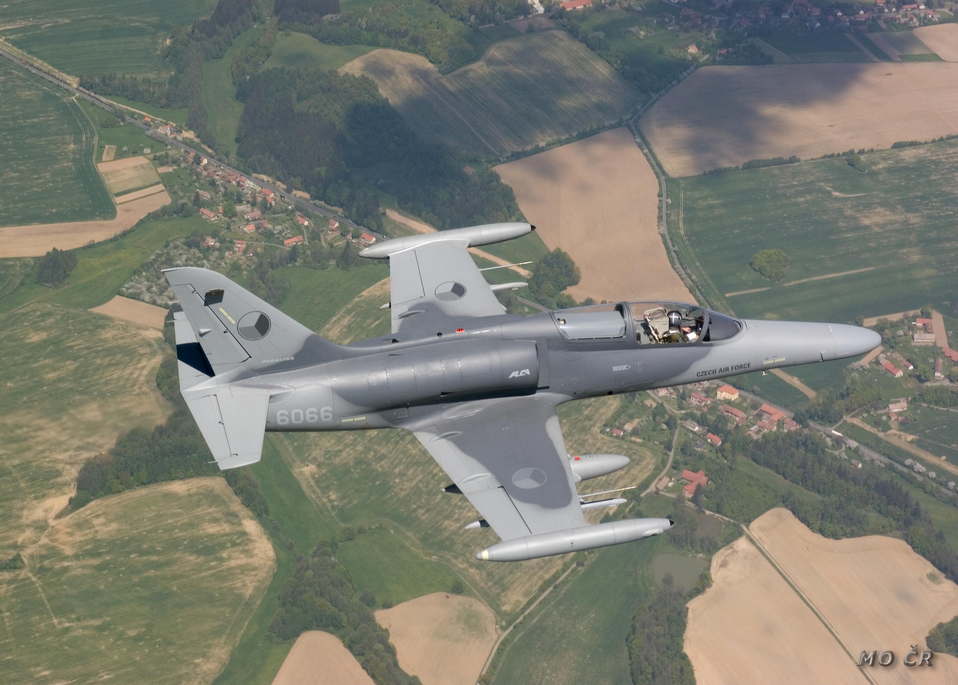 Photo of منافسه بين مقاتله AMX وطائره التدريب L-159 للقوات الجويه الأفغانيه