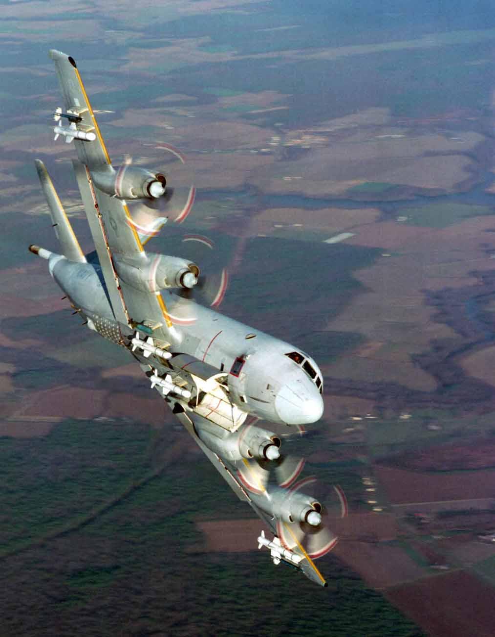 Photo of وزير الدفاع البرازيلي يجرى تفتيش على أول طائرة P-3 Orion