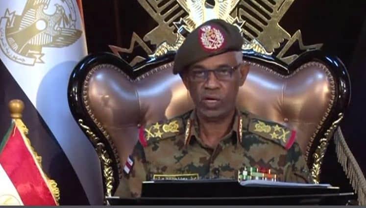 Photo of بالفيديو..رئيس المجلس العسكري الانتقالي بالسودان يتنازل عن منصبه