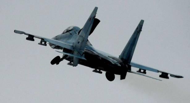 """Photo of بالفيديو..شاهد تدريبات طائرة  """"سوخوي 27 إس إم"""" تحت المطر برفقة قاذفة صواريخ"""
