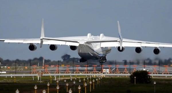 """Photo of بالفيديو..""""أكبر طائرة في العالم"""" تُحلق لأول مرة في سماء كاليفورنيا"""