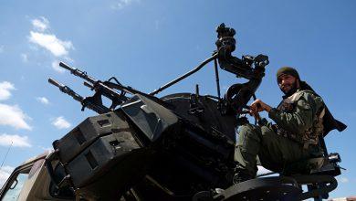 "Photo of جنود أتراك يستهدفون الجيش الليبي بـ""مدفع موجه"" من داخل قاعدة معيتيقة"
