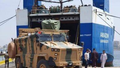 Photo of فيديو لتفريغ سفينة تركية محملة بالمدرعات في طرابلس
