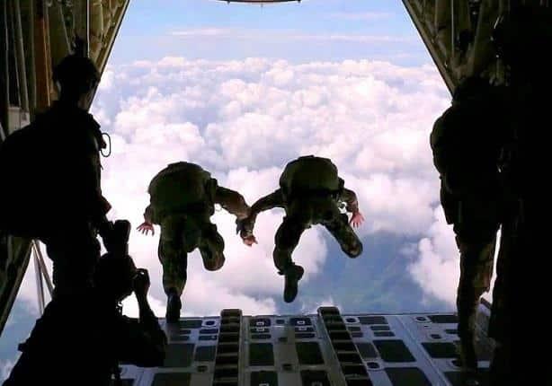 بأول مرة في العالم فريق مظلي روسي يقفز من ارتفاع 10 آلاف متر..فيديو