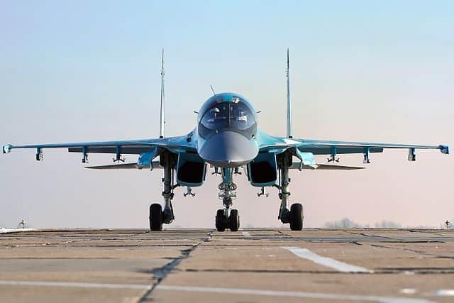 قاذفة سو-34 تجري مناورات خطيرة للتزود بالوقود جوا (فيديو)