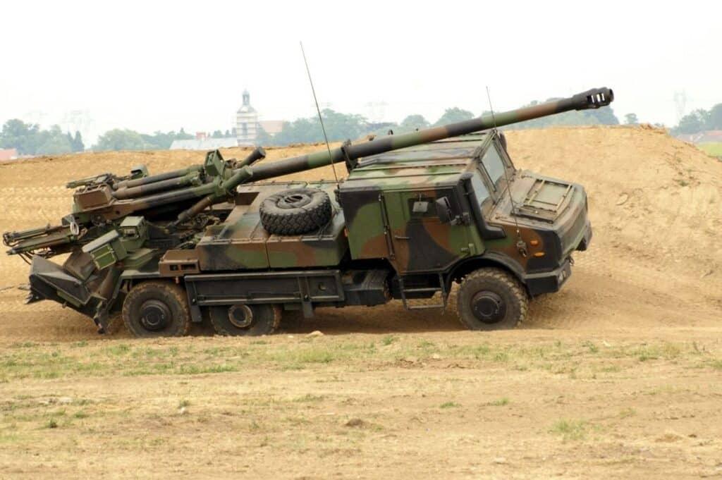 """الجيش الدنماري يتزوج بمدفعية """"قيصر"""" الفرنسية."""