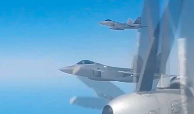 مقاتلات رابتورز الأمريكية تعترض قاذفات Tu-95 الروسية