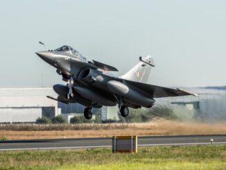 """شاهد لحظة هبوط مقاتلات رافال الفرنسية في قاعدة جوية هندية """"فيديو وصور"""""""