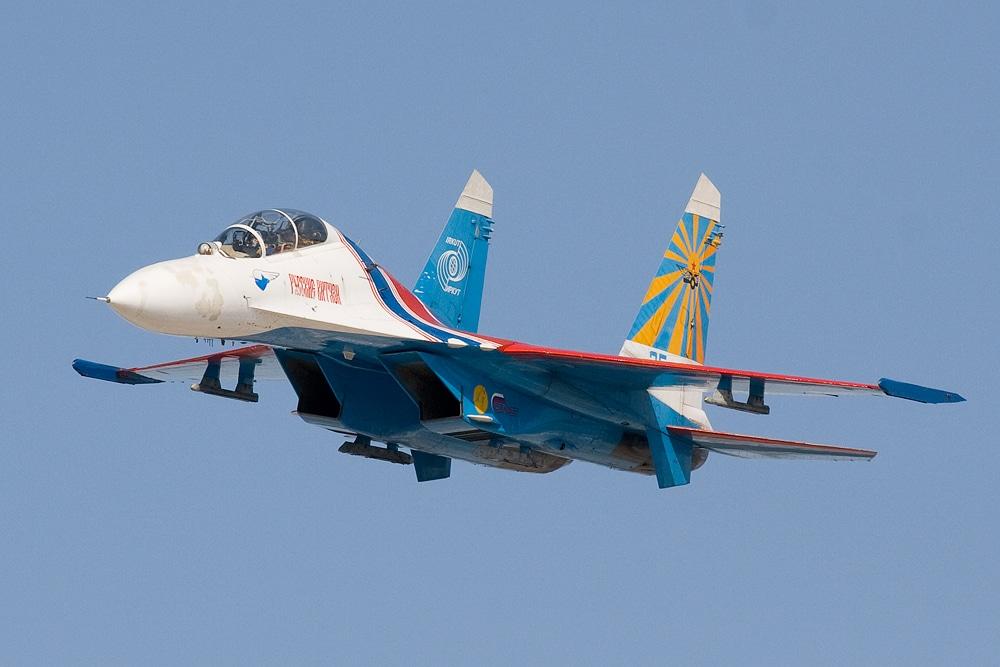 شاهد مقاتلة سوخوي روسية تعترض طائرة تجسس أميركية