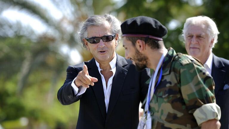 """""""برنارد ليفي"""" يقع في كمين في ليبيا وينشر صورة من أنقذه"""