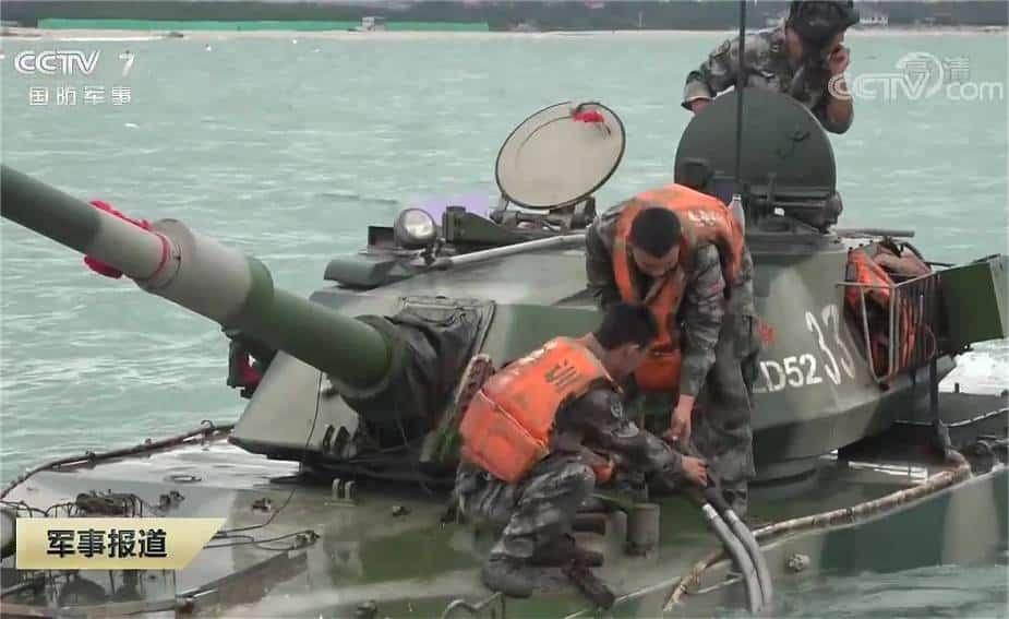 الجيش الصيني يتزود بالوقود في البحر بدبابة برمائية خفيفة