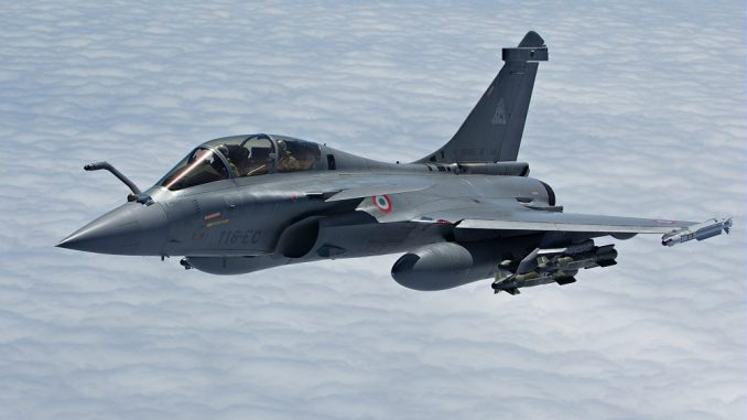 """من الأقوى مقاتلة""""جي - 20"""" الصينية أم""""الرافال"""" الهندية؟"""