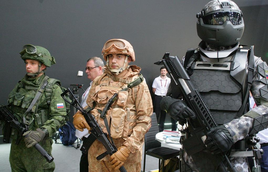 بزة عسكرية روسية مزودة بدرون وأدوات قتالية خارقة