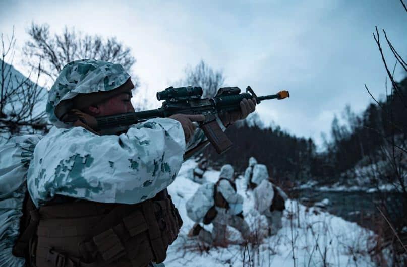 سلاح مشاة البحرية الأمريكي يتدرب على القتال في الأجواء الباردة