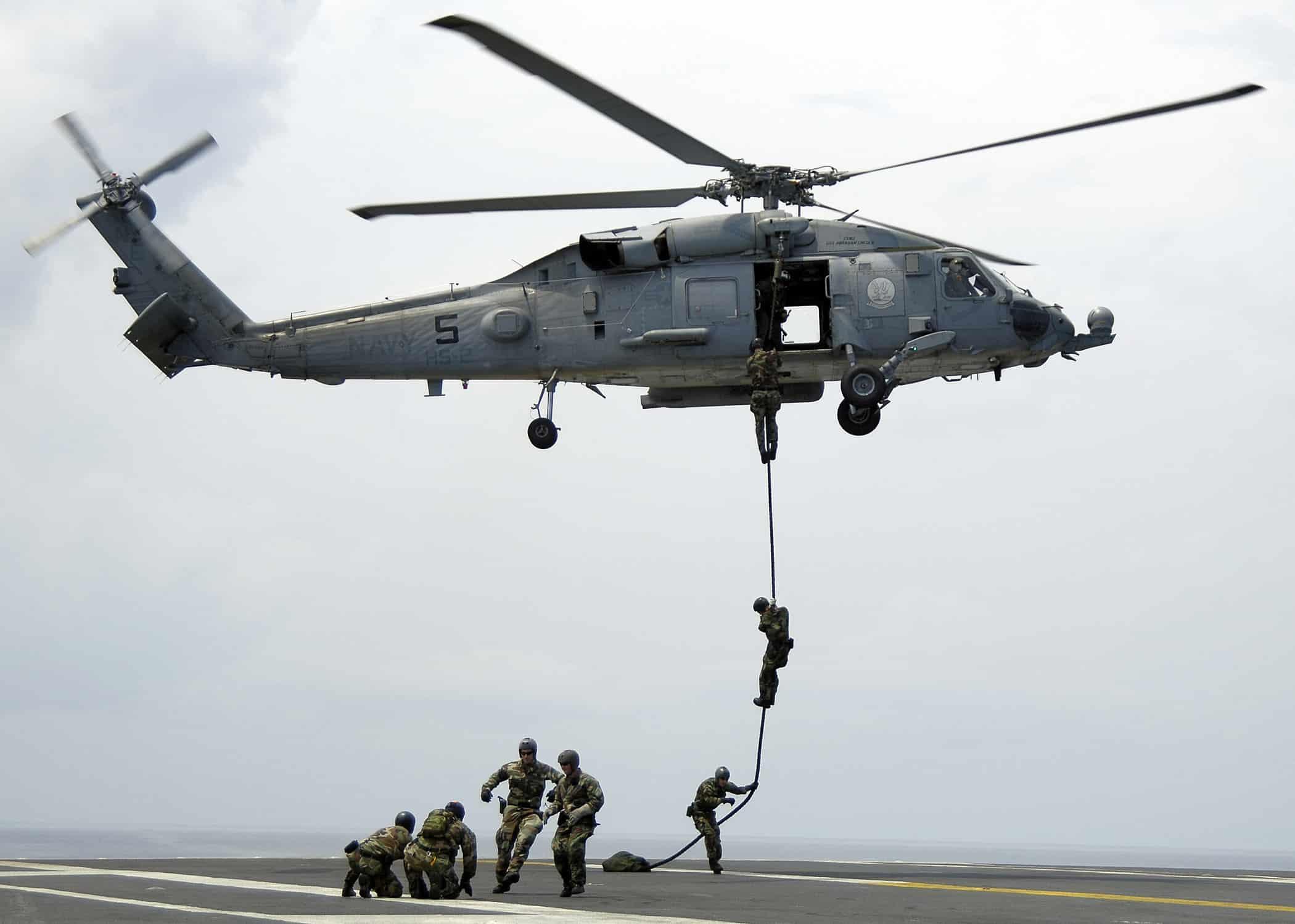 مشاة البحرية الأمريكية تجري تدريبات سريعة بالحبال في اليابان