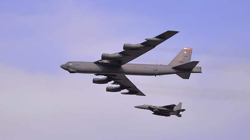 قاذفتا بي-52 الأمريكيتين تستعرضان قوتهما فوق الخليج العربي وأمام إيران