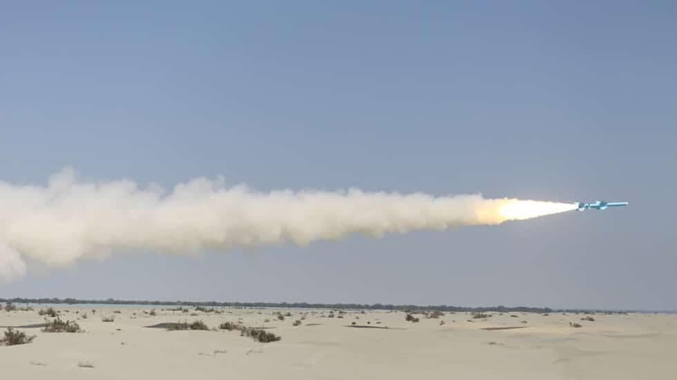 الجيش الإيراني يختبر إطلاق صاروخ ذكي جديد