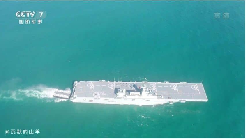 """البحرية الصينية تظهر قدرة سفينتها الهجومية البرمائية الجديدة """"هاينان"""""""