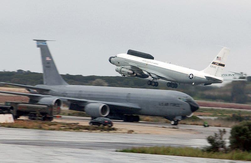 """شاهد ..مقاتلة روسية """"ترافق"""" طائرة استطلاع إستراتيجية أميركية فوق المحيط"""
