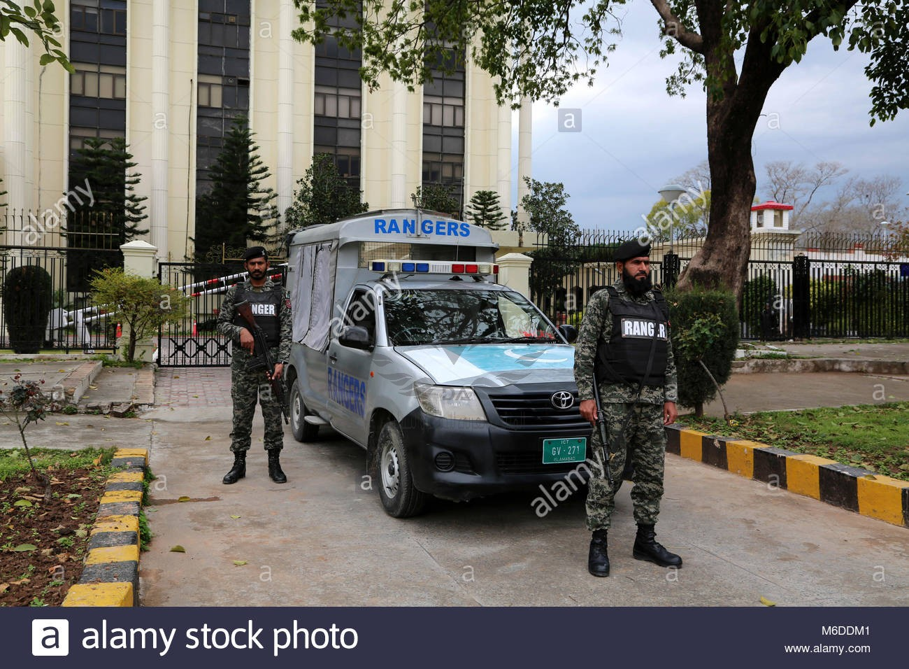 islamabad-3rd-mar-2018-pakistani-rangers-stand-guard-outside-the-parliament-M6DDM1.jpg