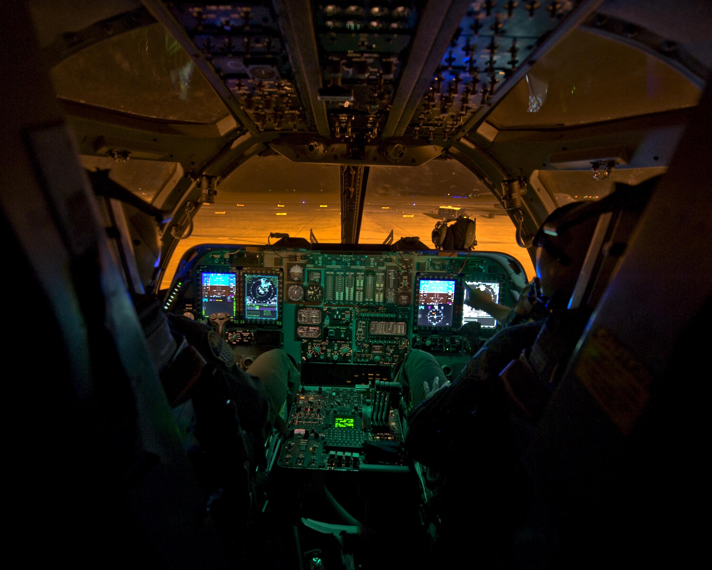 B-1_cockpit_(12189640256).jpg