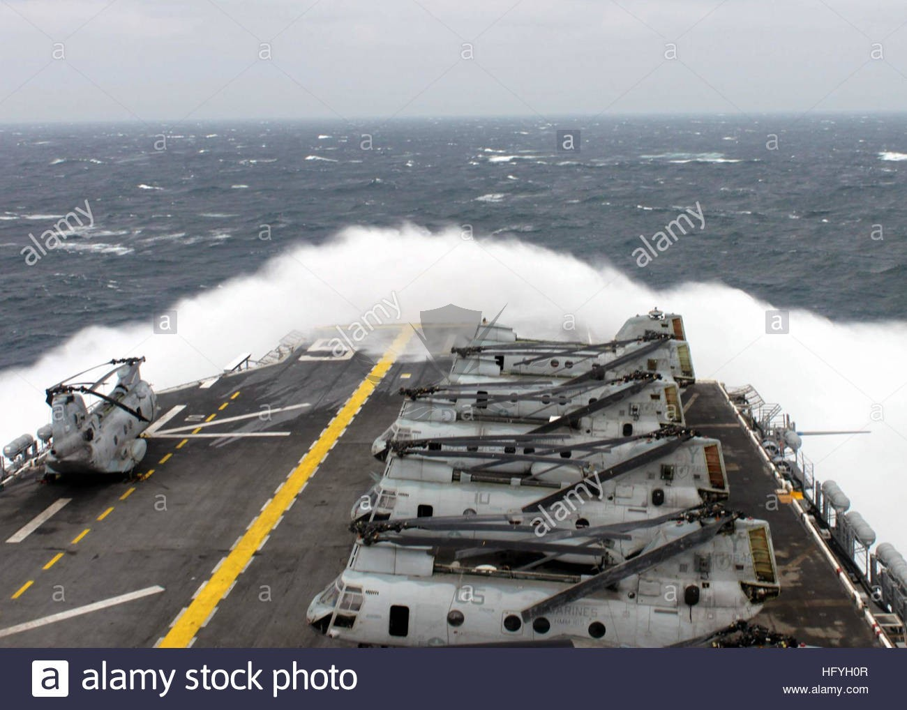 the-amphibious-assault-ship-uss-peleliu-lha-5-transits-the-south-pacific-HFYH0R.jpg